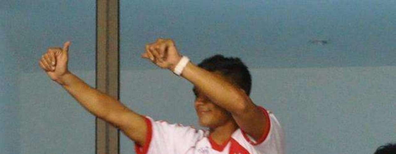 El delantero colombiano, Teófilo Gutiérrez, desde su llegada a Racing en 2011 manifestó que era hincha de River Plate y el domingo en el Metropolitano lo confirmó vistiendo una camisa del equipo que tuvo en la década de los ochenta