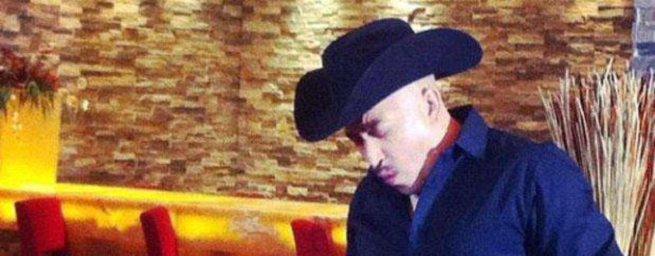 """Lupillo Rivera grabó el video de su nuevo single """"Sólo Una Copa"""". El artista compartió con sus seguidores de Twitter una escena de la filmación realizada en la barra de un hotel en Ciudad de México. El material, dirigido por Temo Márquez, pronto se podrá ver en México y Estados Unidos."""