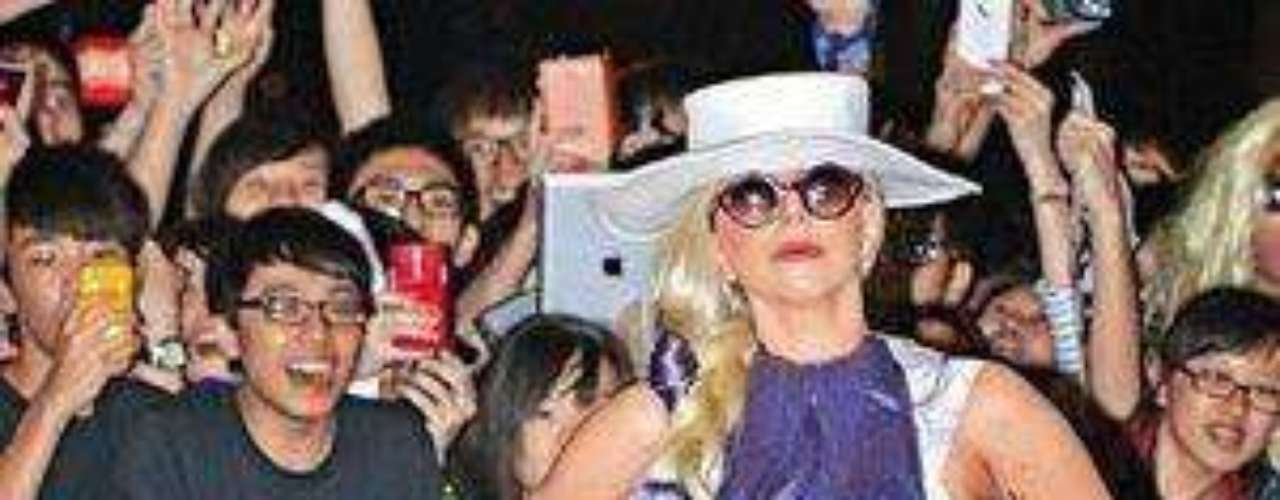 Lady Gaga y su vestido de pelo violeta. La cantante en su gira por Asia yapareció en Hong Kong con un vestido diseñado totalmente en pelo violeta, trenzado con la propia cabellera rubia de la diva. Fue ha sido uno de los 'outfits' más excéntricos de la artista, ya que, ella siempre consigue impactar y causar sensación. Su vestido intentaba ser una continuidad de su pelo, y estaba plagado de pelo natural teñido.