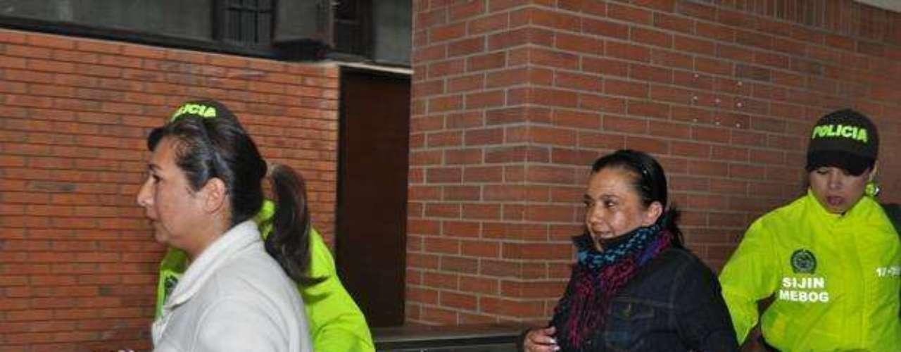 De acuerdo con la Fiscalía, María del Pilar Gómez (de negro), madre de Carlos Cárdenas, decidió contratar los servicios de Aidé Acevedo con el fin de tratar de cambiar al fiscal porque a su juicio era inminente la posibilidad de que se abriera una investigación de carácter formal contra su hijo, quien actualmente tiene la condición de indiciado.
