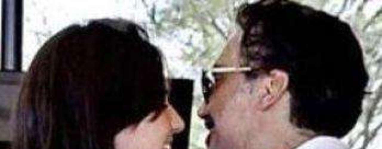 Vicente Fernández no apoya el romance de su hijo Alejandro con Karla Laveaga, ya que le lleva 21 años y podría ser su hija. \