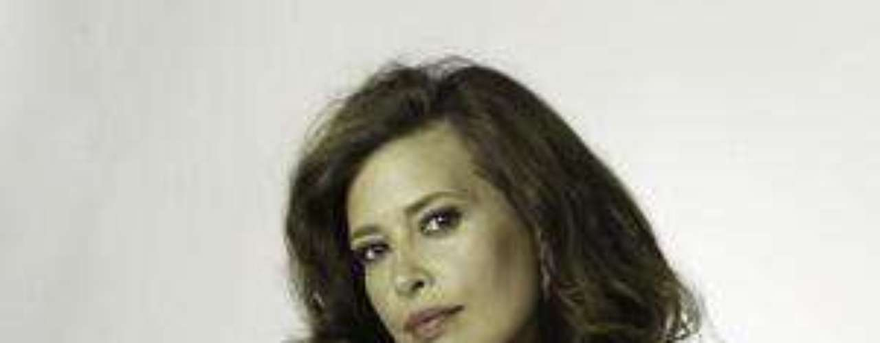 Angie Cepeda es Regina Parejo: Es una mujer muy hermosa, hace parte de un círculo social en el que se codea siempre con los hombres más aristocráticos de este país. Nunca imaginó meterse con un hombre como Escobar pero resultó siendo su amante.
