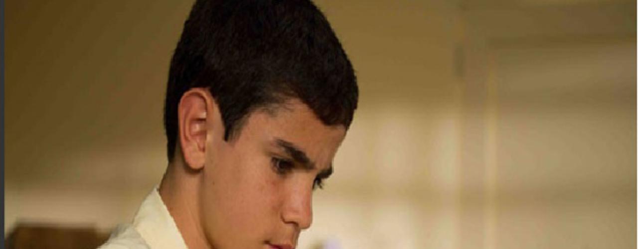 Hernán Ocampo es Pablo Escobar pequeño: recordado por su papel en la película 'Los colores de la montaña' realizará el papel de Pablo Escobar cuando era niño. Su habilidad e ingenio pondrán en aprietos a más de uno.