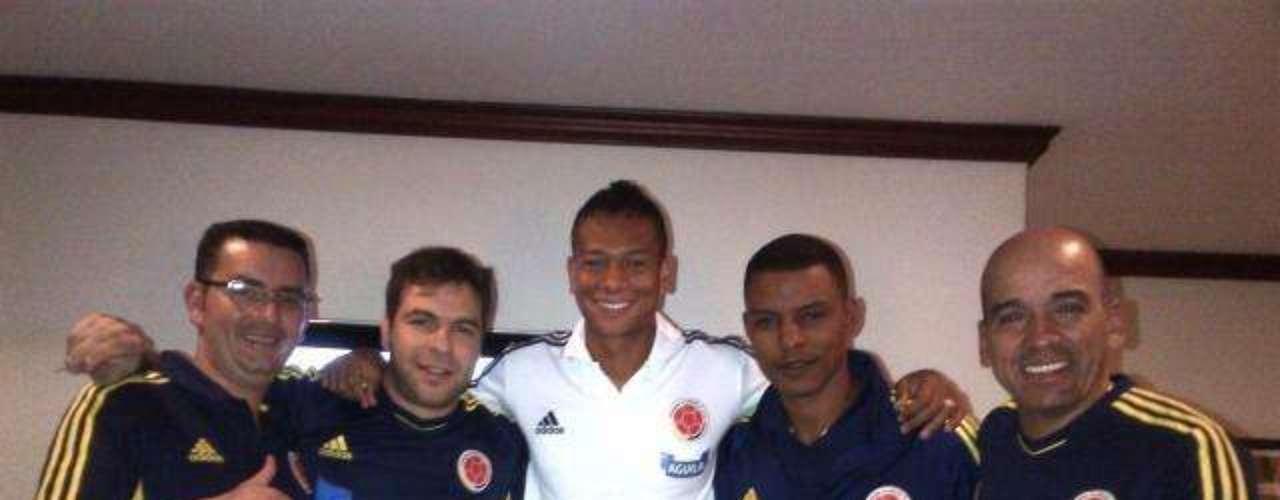Guarín presenta al cuerpo médico de la selección Colombia: Acá va otra con los enfermeros y el man de confianza. Que buena la energía que envían mi gente los estamos leyendo Seguimos