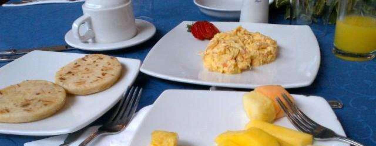 Guarín disfruta de un buen desayuno colombiano en la concentración de la selección: Buen día.. buongiorno.. bom dia.. En la concentración un buen desayuno para empezar. Saludos mi gente