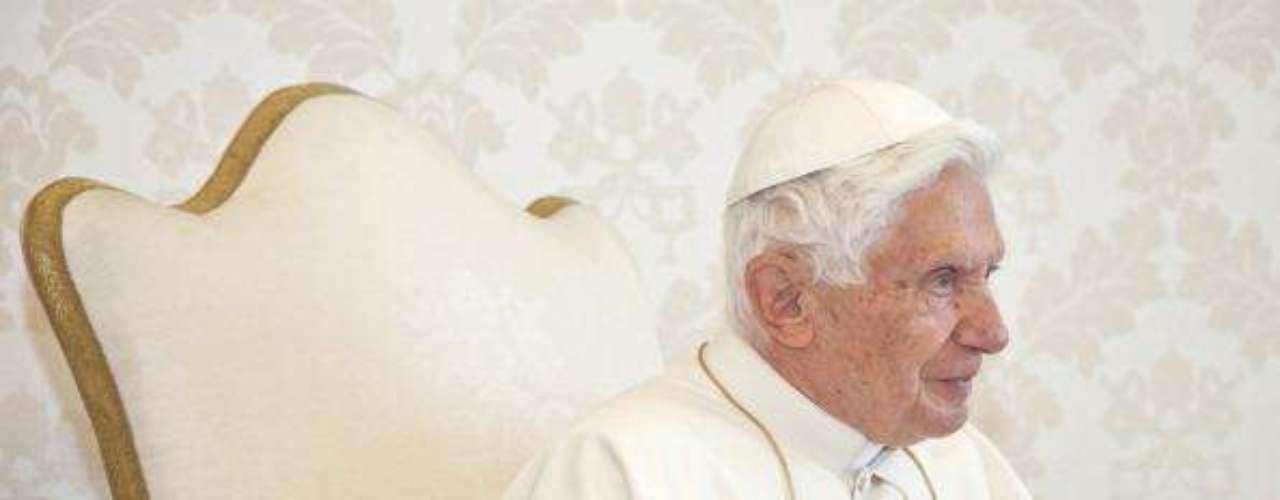 El nombre de Gabriele no fue informado por la oficina de prensa del Vaticano, sino que fue identificado por el diario Il Foglio. Gabriele era conocido como un devoto del Papa; lo acompañaba en todos los viajes y se ocupaba, sobre todo, de la ropa y los hábitos de Joseph Ratzinger.