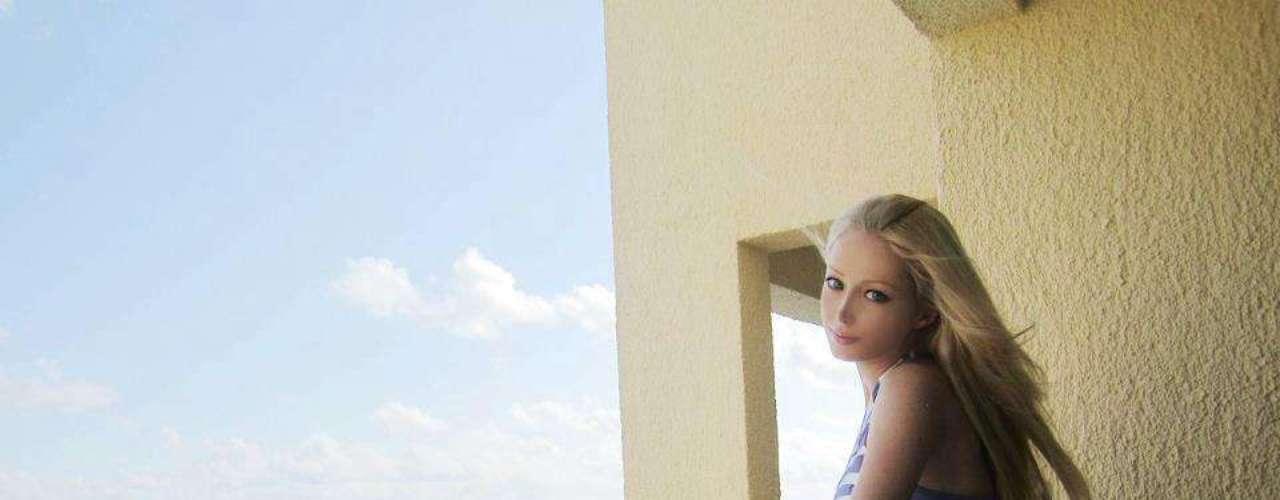 La rusa Valeria Lukyanova, más conocida como la Barbie humana, a sus 21 años llama la atención por su parecido con la legendaria muñeca. Ahora seduce a sus miles de fans publicando imágenes de sus vacaciones en las redes sociales en donde presume de su figura en biquini. Aunque se ha comprobado que su cintura es producto del Photoshop y su cuerpo resultado de operaciones estéticas, la belleza de la Barbie es un estilo que otras chicas como Kota Koti insisten en imitar.