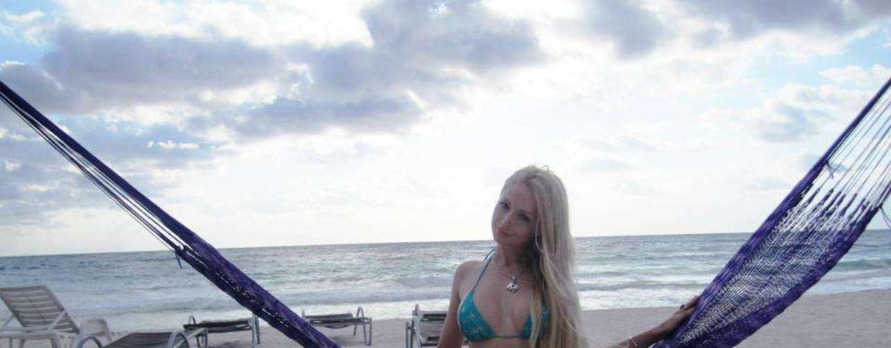 Valeria Lukyanova seduce a sus miles de fans publicando imágenes de sus vacaciones en las redes sociales en donde presume de su figura en biquini.