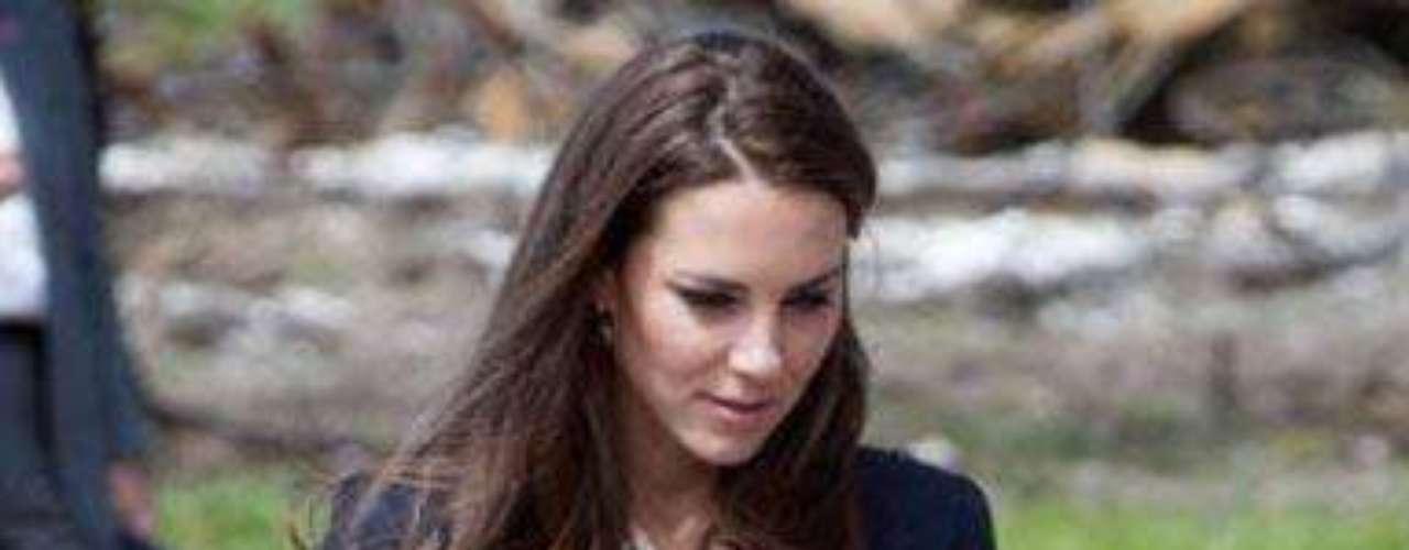 Kate Middleton Blazer de un solo botón y especialmente entallada, es la elección de Kate Middleton en esta foto, aunque podemos decir que ella es la \
