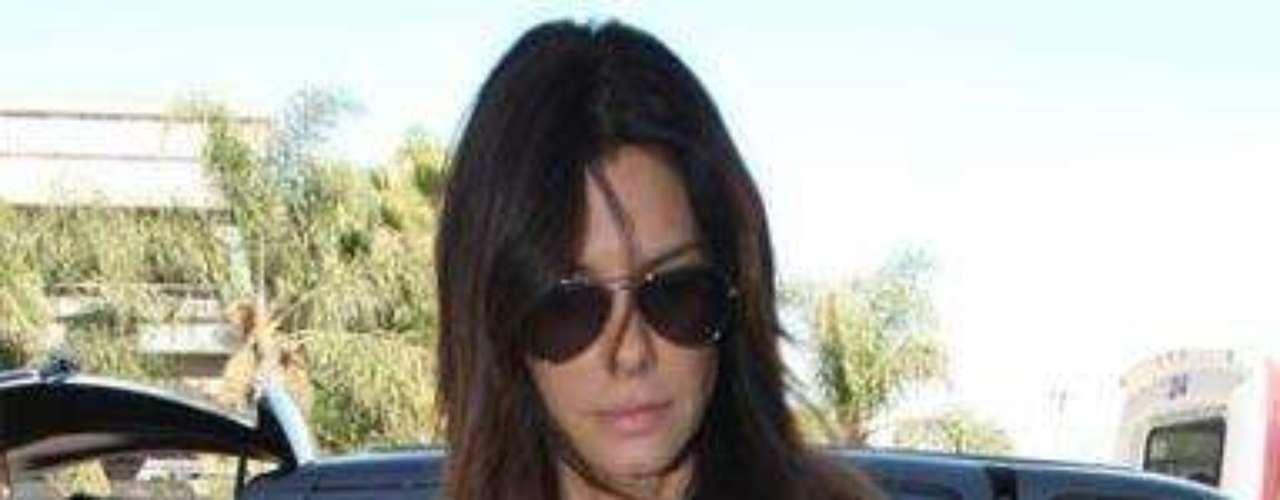 Sandra Bullock Si alguien pensaba que con una blazer no se puede conseguir un look completamente desenfadado, en esta foto Sandra Bullock es la prueba de todo lo contrario: vaqueros desgastados, una camiseta de algodón en blanco y blazer larga. Sencillo y acertado.