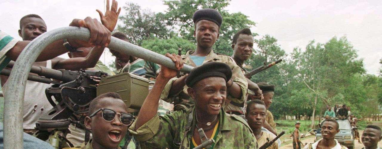 Frente Revolucionario Unido: El movimiento armado rebelde de Sierra Leona, que buscaba controlar zonas diamantíferas cometió toda clase de atrocidades, entre los que se encuentran amputaciones, explotación infantil, y hasta la práctica del canibalismo, pues consideraban que así adquirían la fuerza de sus enemigos.