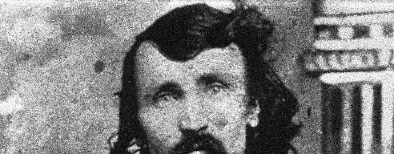 Alferd Packer: Buscador de oro y caníbal condenado. El 9 de febrero de 1874 partió junto con otros cinco hombres a las montañas de Colorado. Dos meses después regresó sólo, reconoció que los hombres lo atacaron y en defensa propia los mató. Luego se vio obligado a comérselos para sobrevivir. Fue condenado a 40 años de cárcel.