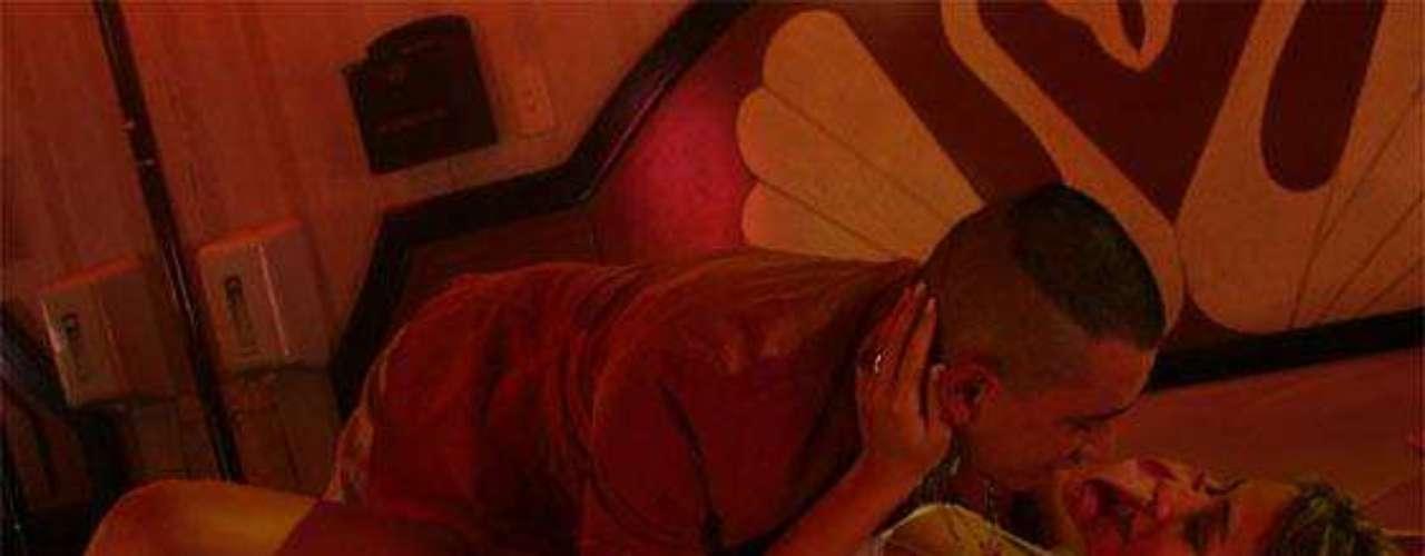 La actriz Verónica Orozco también dejó huella en el público con las candentes escenas de la cinta 'Soñar no cuesta nada' del director Rodrigo Triana, 2006. Verónica es una bailarina prostituta de un bar. Imagen de la cinta 'Soñar No Cuesta Nada'