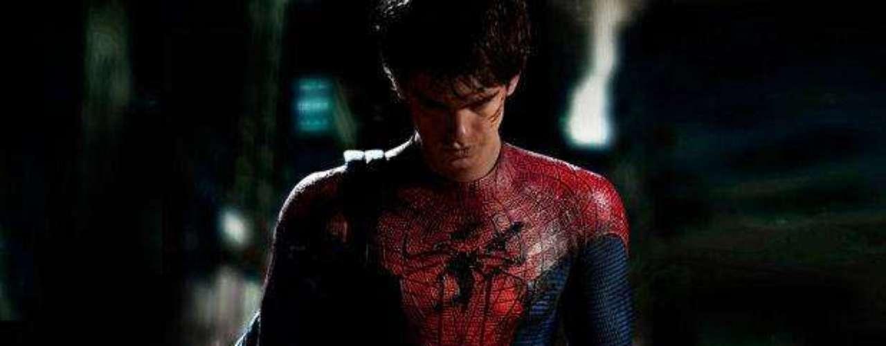 """A puertas del estreno de """"The Amazing Spider-Man"""", crece la expectativa sobre la actuación de Andrew Garfield y si dará la talla en su papel doble como el Hombre Araña y Peter Parker. El actor, que fue nominado al Globo de Oro por su rol en """"La Red Social"""" como el cofundador de Facebook, tendrá que medir fuerzas con Tobey Maguire, quien interpretó al superhéroe arácnido en la primera trilogía. De antemano, con las imágenes que ya se han dado a conocer del film que dirigirá Marc Webb, se puede hacer una comparación entre los intérpretes de Spider-Man. ¿Cuál de los dos es tu preferido?"""