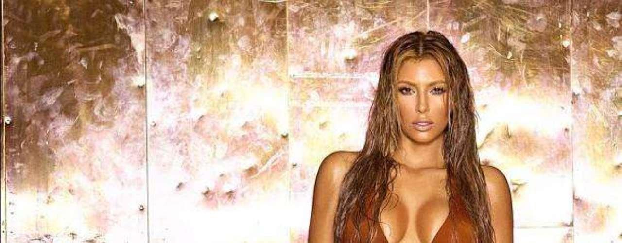 Este tipo de fotos donde Kim muestra tremendo cuerpazo en bikini son las que enloquecen a sus fans