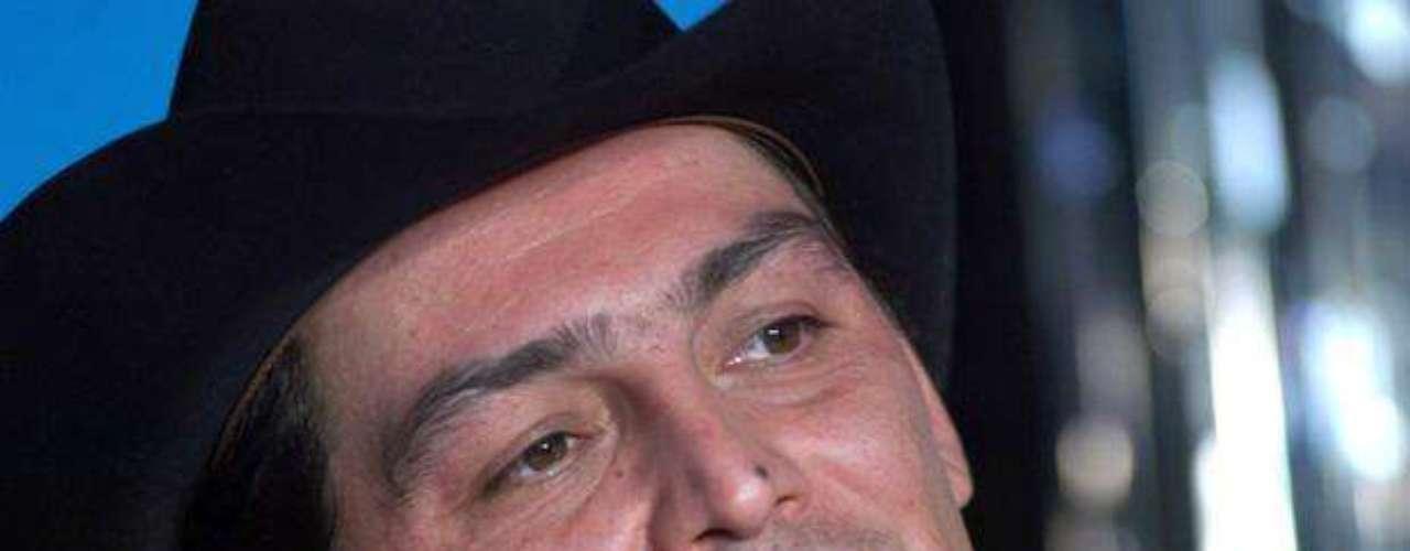 El auto, propiedad de Joan Sebastian, que fue baleado y encontrado en el estacionamiento de un sitio nocturno en Cuernavaca, México , no lo manejaba su hijo José Manuel Figueroa, como se ha comentado, sino el esposo de una de sus medias hermanas. \