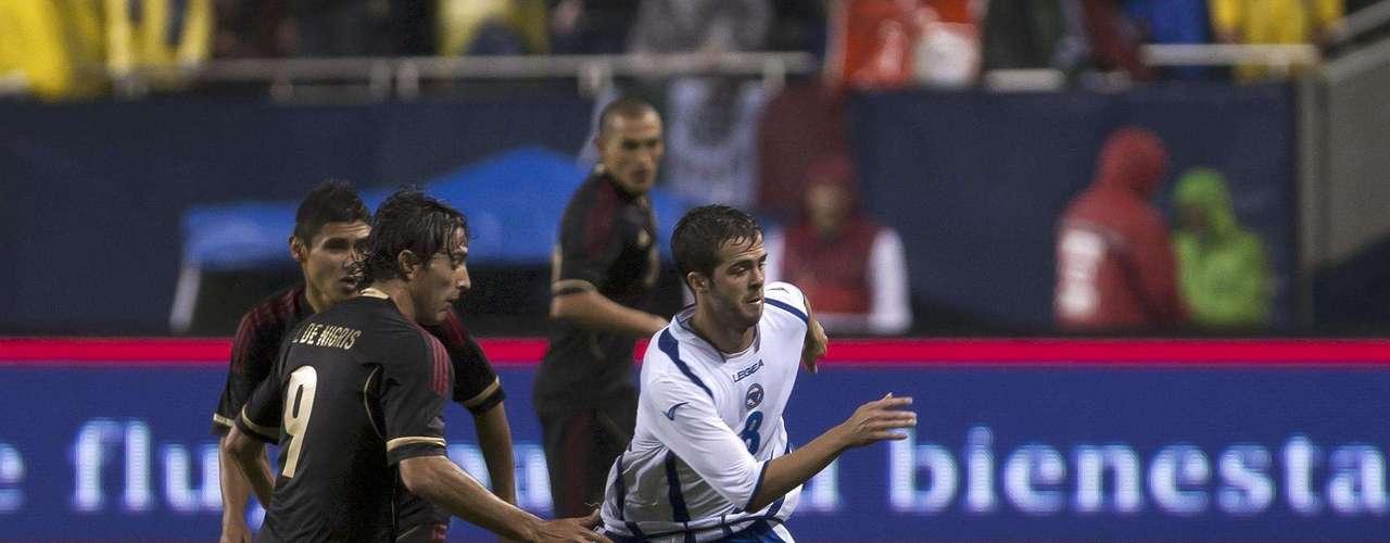 Aldo De Nigris, trabajó muy fuerte en la recuperación de la pelota.