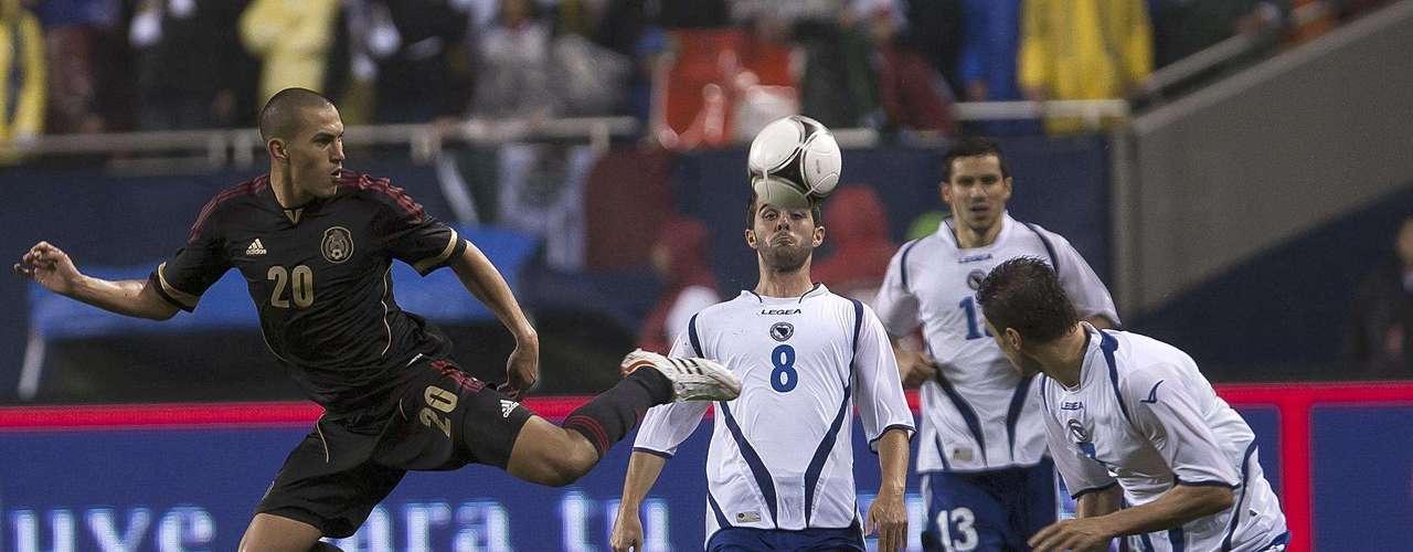 Jorge Torres Nilo, luchando la pelota en mediocampo ante tres jugadores de Bosnia.