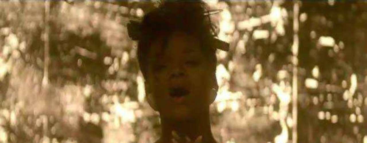 Rihanna hace varios topless en el transcurso de la historia.
