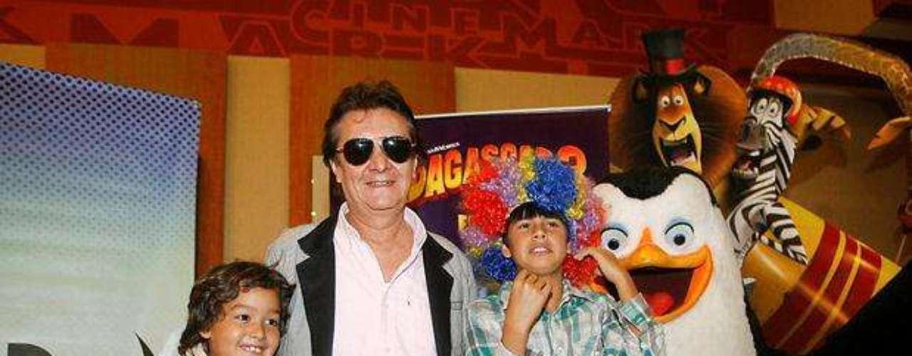 Adolfo Chuiman y sus nietos en el estreno de Madagascar 3.