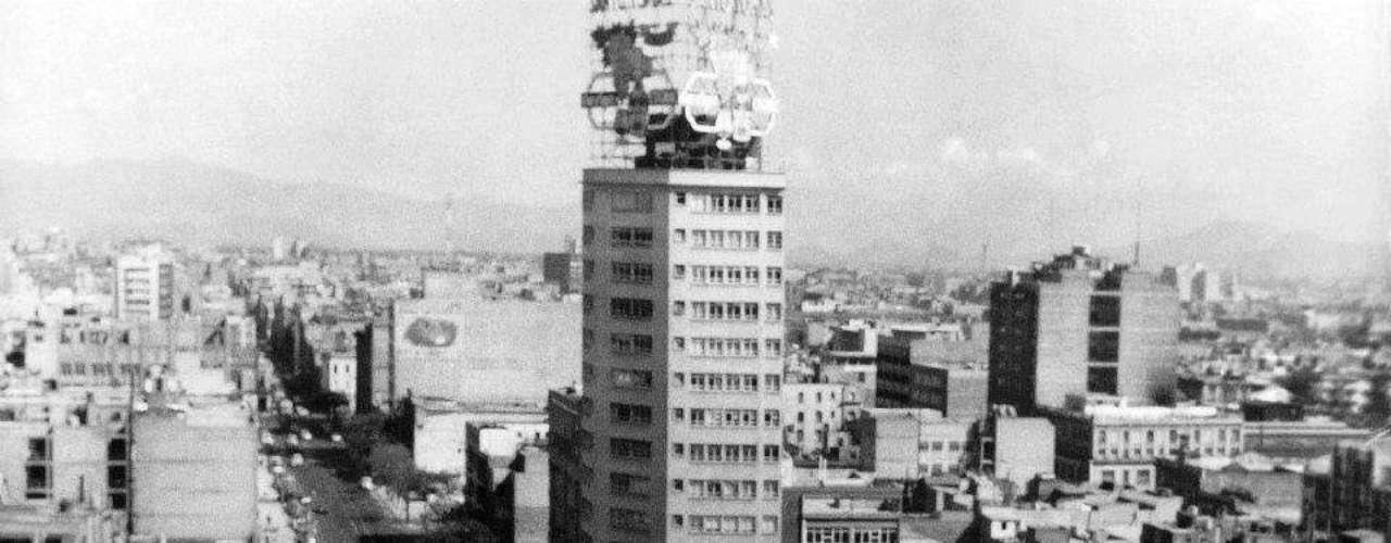 'Gloria Mestre en el reportaje Volando sobre la ciudad'. Ciudad de México 1956.- El reportero gráfico que llevó imágenes de los diarios vespertinos a los muros de la galería; el amigo de bailarinas exóticas, artistas de renombre e intelectuales de izquierda