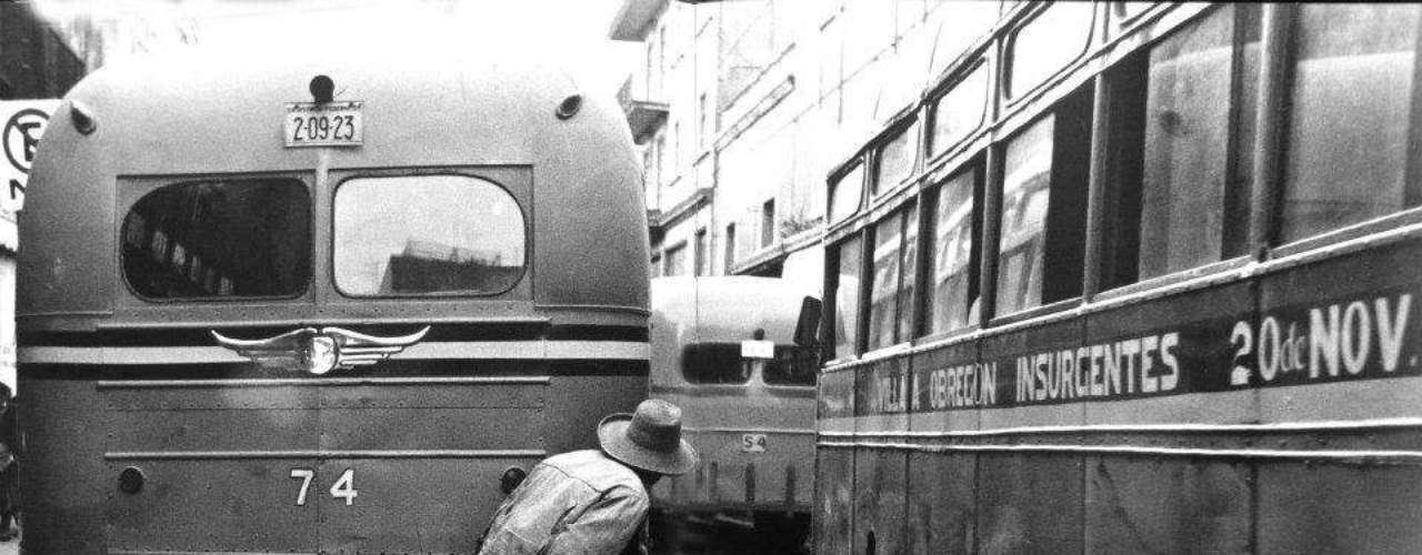 'Atisbando el porvenir' Ciudad de México 1958.- Fue una referencia estética, pero también una conciencia crítica, recordó su colega Marco Antonio Cruz. Se empleó en el mantenimiento de los rieles ferroviarios, hasta que un tren arrolló a uno de sus compañeros, sembrando sus restos en la nieve. García tomó su cámara y fotografió la escena, pero cuando quiso revelarla, constató que la película se había velado. \
