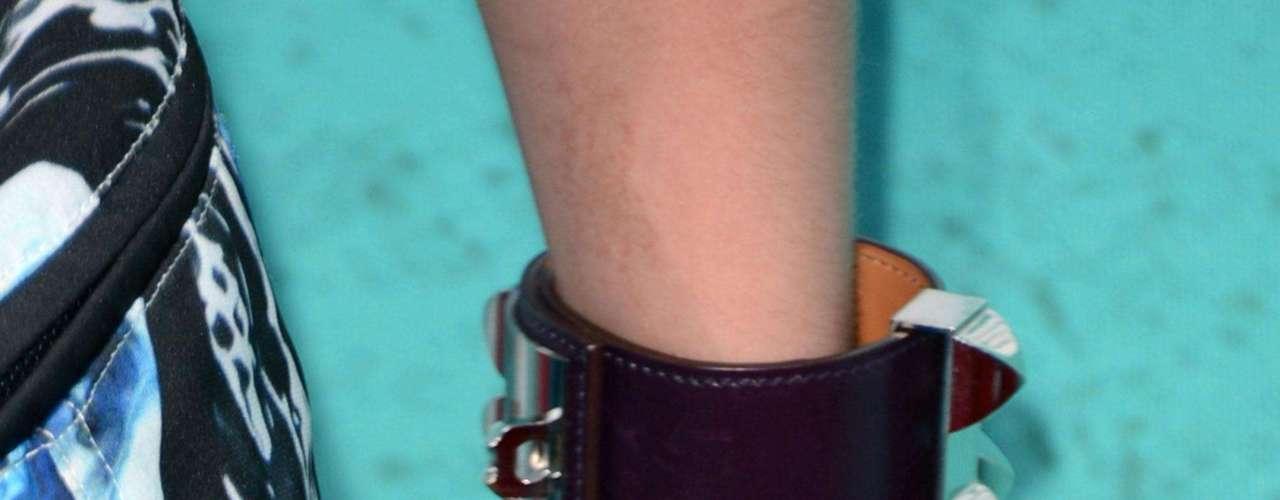 La actriz siempre se ha caracterizado por ser un ícono de la moda y para asistir a los MTV Movie Awards, Emma ha elegido un estilo punk con un minivestido de estampado abstracto en tonos morados, negros y azules, y escote halter de la firma Brood. Mientras las sandalias de tiras y los brazaletes con tachuelas metalizadas aportaban aires rockeros a su modelito.