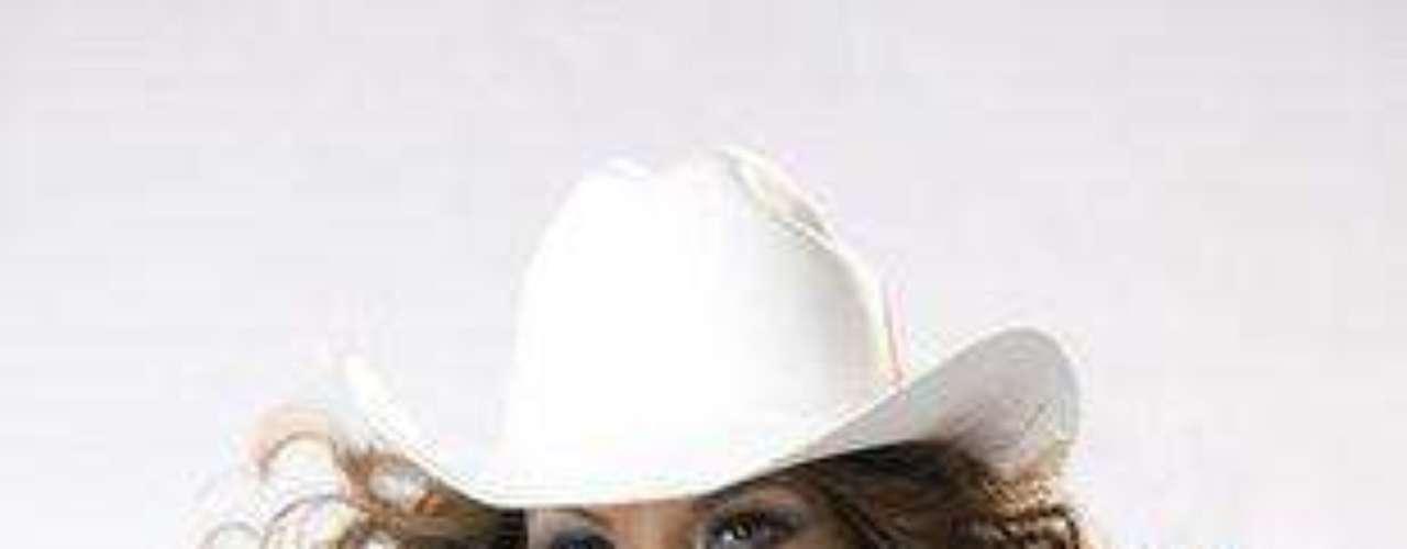 La bella cantante mexicana calienta el ambiente resaltando sus atributos en fotos promocionales.