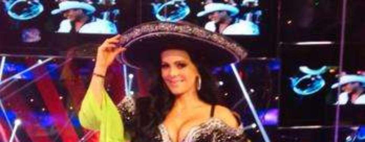 Vestida como un sexy mariachi sube la temperatura en el escenario.