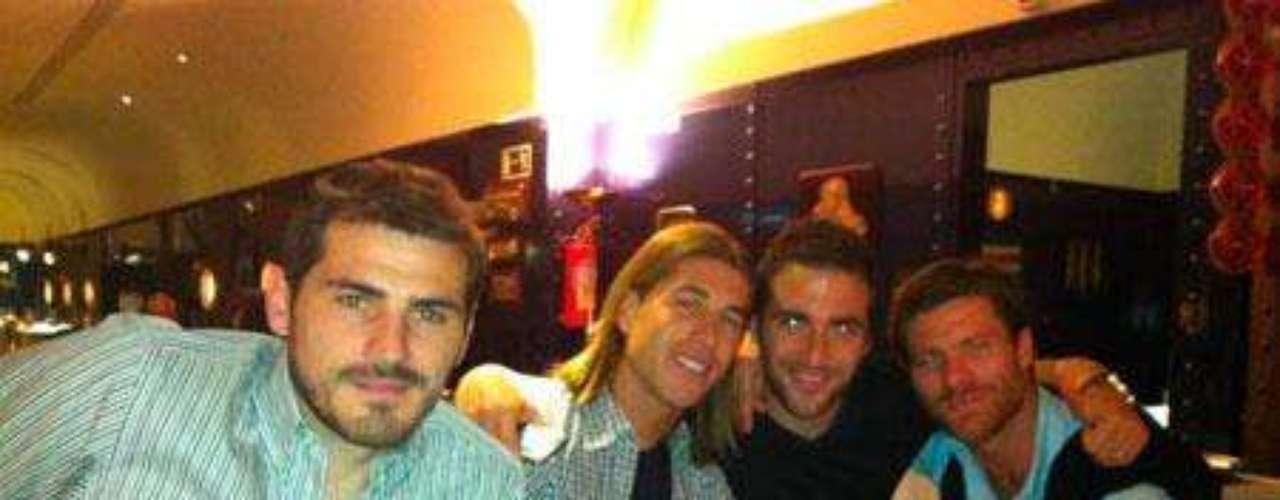 Sergio Ramos con el pelo largo, días antes de cortarse la melena con sus compañeros de equipo. / Foto: Twitter