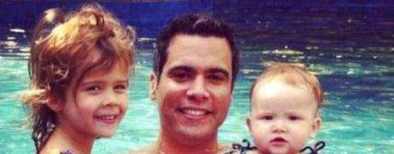 Cash Warren, el esposo de Jessica Alba, en la piscina con sus adoradas hijas Honor y Harver.