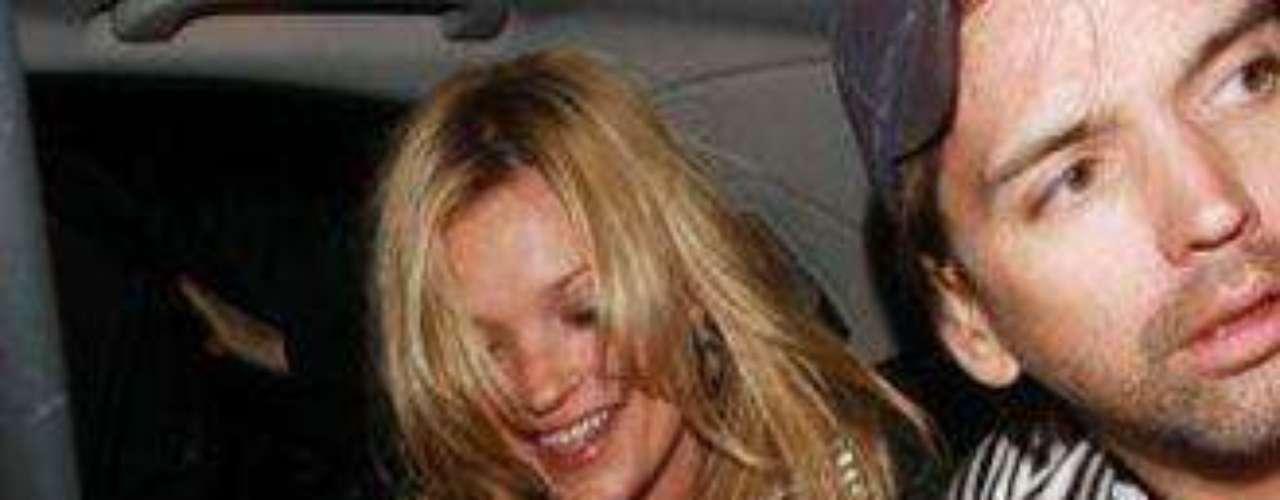 La actriz y polémica rubia de Hollywood, volvió a causar controversia, pero esta vez no fue por su estado etílico, sino por un descuido que de seguro, recordara para siempre. La joven actriz fue fotografiada rodando nuevas escenas para su próxima película Dick y Liz, en la que interpreta a la fallecida estrella de Hollywood, Elizabeth Taylor, cuando su seno salió de su vestido. Sin embargo, ella no es la única celebridad que se ha visto expuesta a los bochornos. Algunas porque se les asoman las fajas y otras porque se le ven los calzones. Acá de mostramos los peores casos.