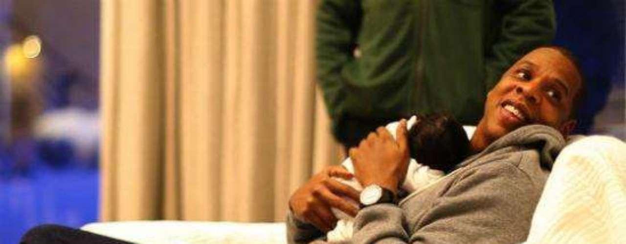 Jay Z junto a su hija Blue Ivy, a pocas horas de nacer.
