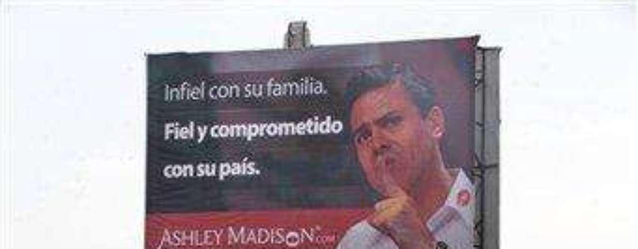 El anuncio del sitio AshleyMadison.com incluye una fotografía del candidato presidencial con una camisa blanca y una mancha roja de lápiz labial en el cuello.