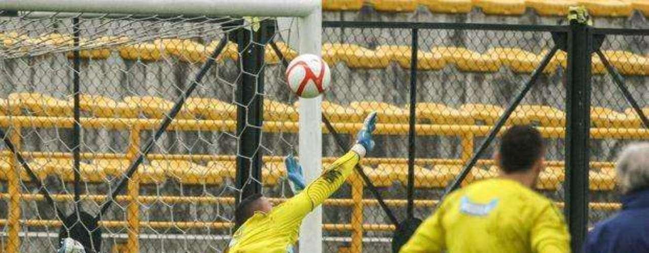 Y... ¡anota! gol a David Ospina, se le coló en el entrenamiento a la vista de Pékerman y uno de sus compañeros en el arco. Igual no importa sigues siendo titular Ospina.