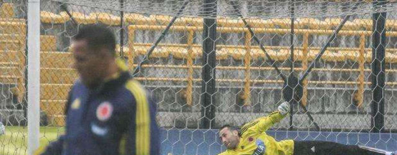 Por primera vez, sobre el costado derecho de su palo se lanzó Ospina para intentar atajar un remate, Aldo se atravesó y aunque el balón no se vé finalmente terminó en la red.