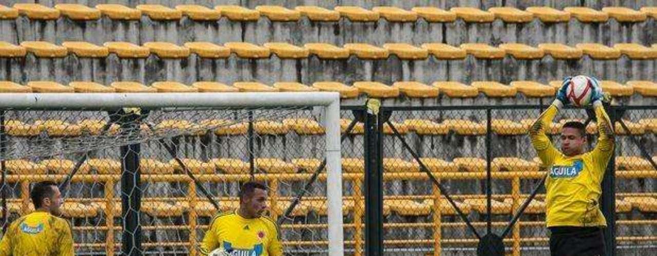 'Muchachos, miren, como en el ballet, sueltas el aire en el piso, eso si, sin que el balón se salga de las manos', parece ser lo que quiere expresar 'Neco' Martínez, el tercer arquero de la Selección Colombia