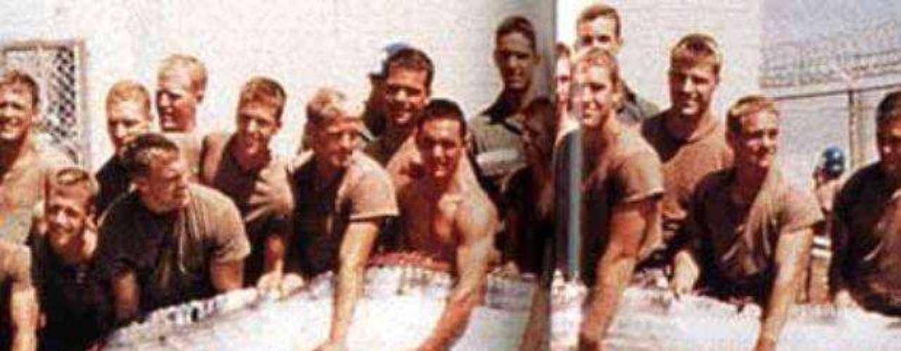 El pez remo siempre llamó la atención por su tamaño. En esta imagen, se ve un ejemplar capturado por la Marina norteamericana en 1996.