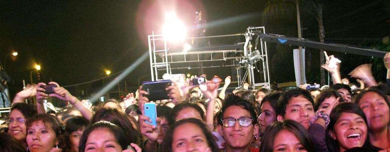 El público aguardando la aparición de los artistas.