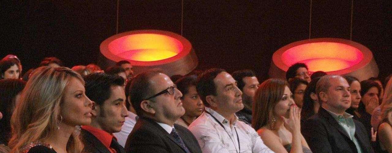 Beto Ortiz atento del espectáculo de \
