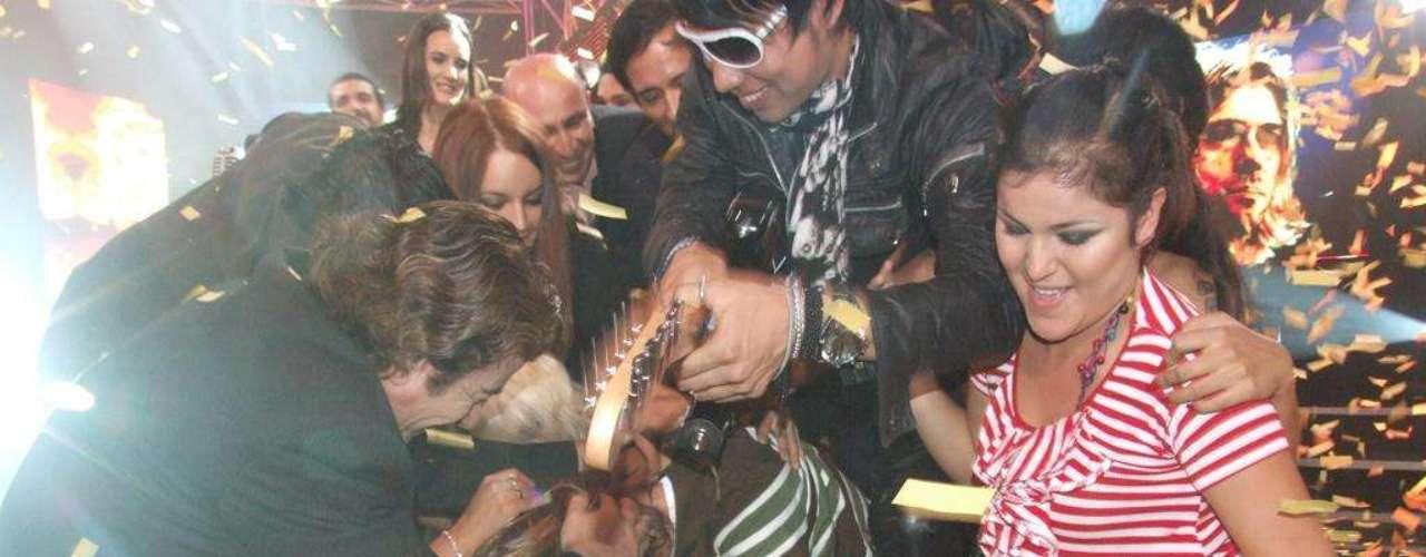 Kurt Cobain cae al suelo de la emoción, pues ha sido escogido como el ganador absoluto de la primera edición de \