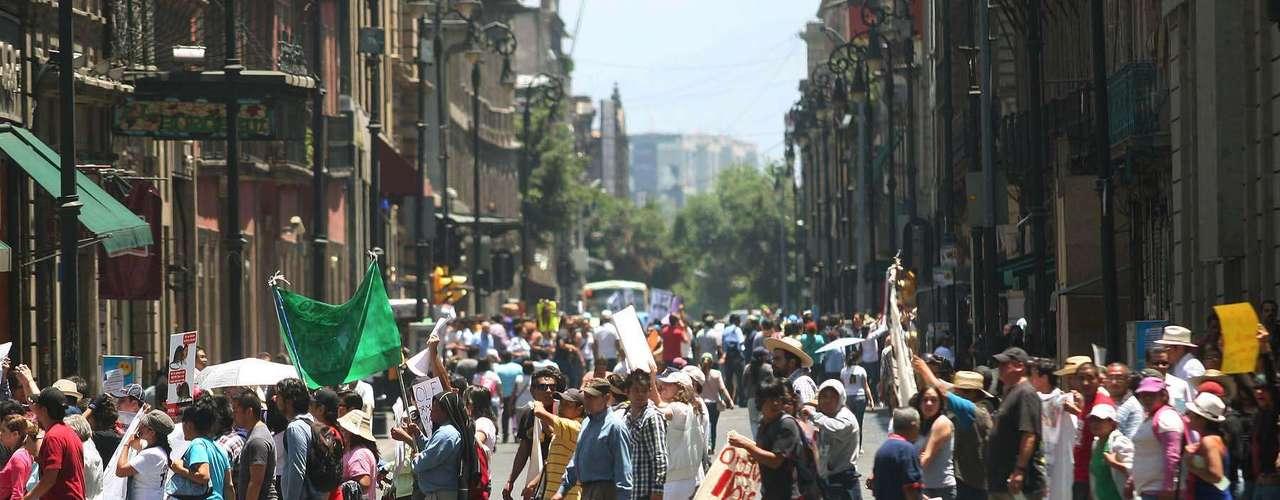 La nutrida marcha avanzaba por calles del Centro Histórico.