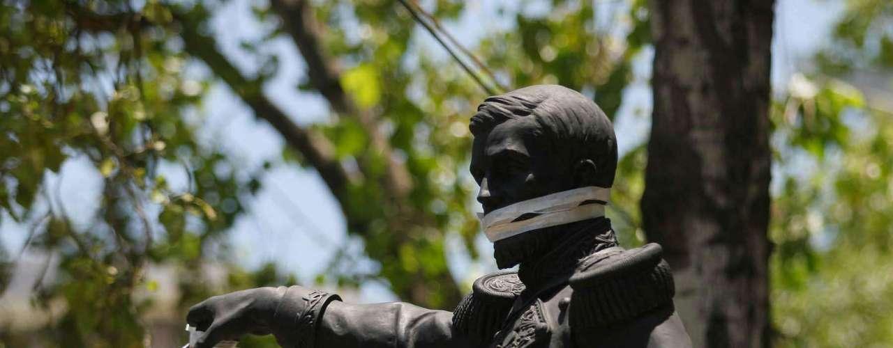 Usaron monumentos de Paseo de la Reforma para protestar contra la imposición de Peña Nieto.