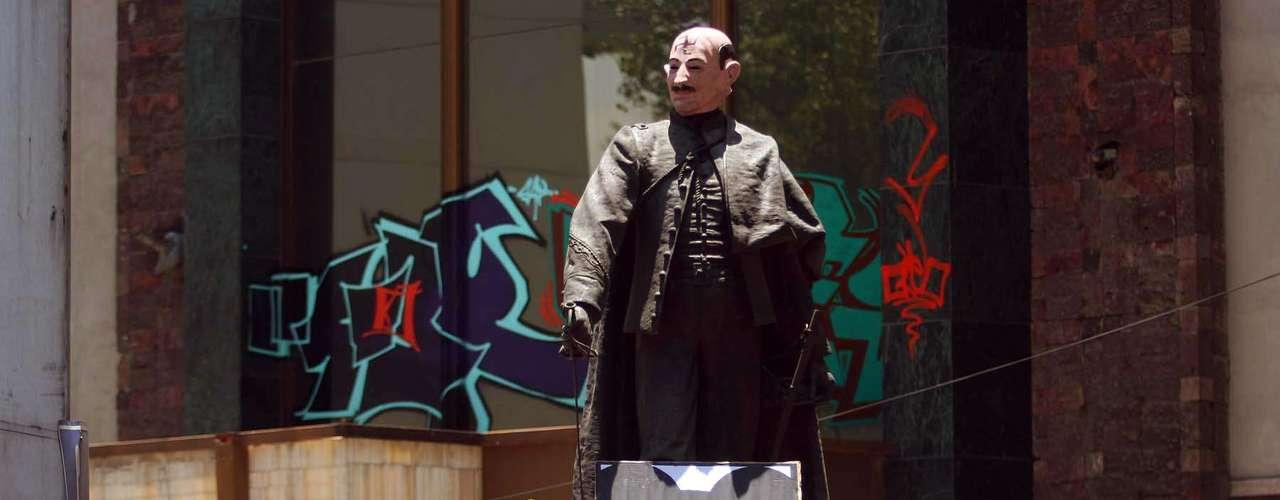Colocaron una máscara del ex presidente priista Carlos Salinas de Gortari a una estatua.