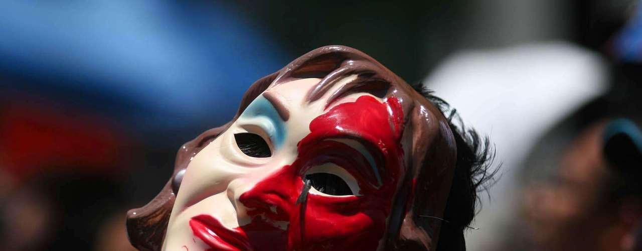 Una máscara de la lideresa del SNTE, Elba Esther Gordillo, apareció entre los manifestantes.