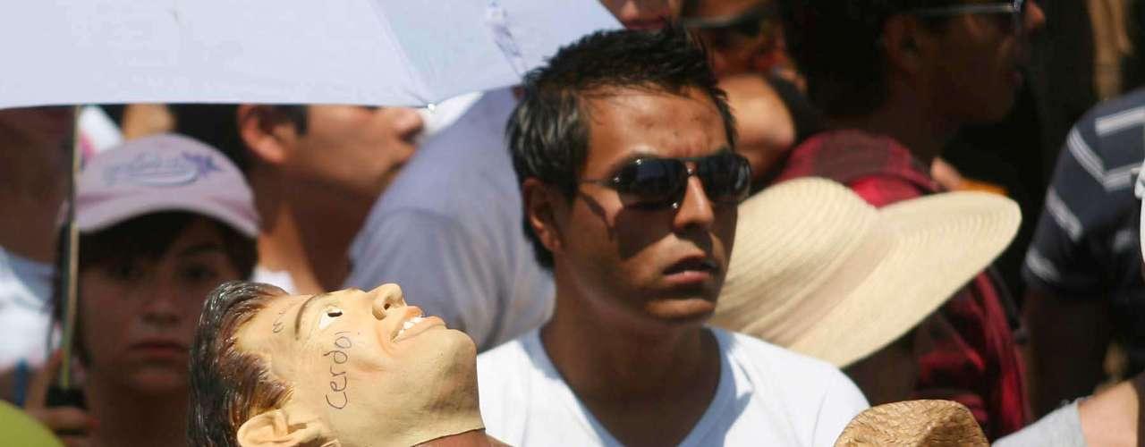 Lentes se sol se veían entre los manifestantes para menguar los rayos del astro.
