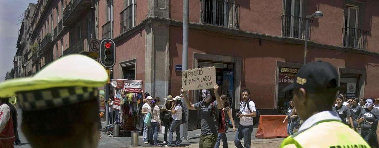 En la Segunda Marcha Nacional Anti Peña Nieto, convocada a través de redes sociales, participan estudiantes, trabajadores, amas de casa y niños, quienes llevan carteles y mantas con todo tipo de consignas: \