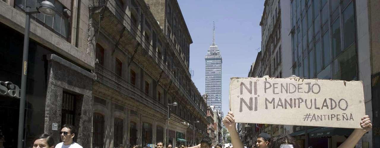 Entre los manifestantes destacan integrantes del movimiento #Yosoy132, así como contingentes de universidades como la FES Acatlán, el Instituto Politécnico Nacional y el Simón Bolívar, entre otras instituciones.