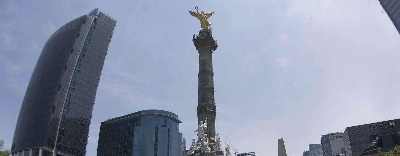 El contingente viene encabezado por la Confederación de Estudiantes Campesinos Socialistas de México, Escuela Normal Indígena, IPN, UNAM, UAM, entre otros.