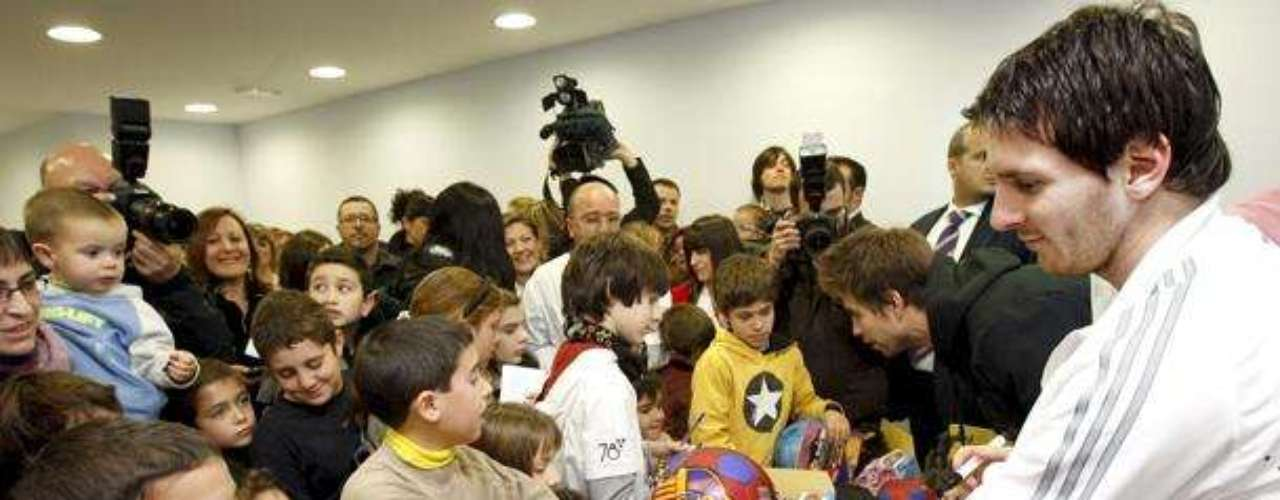 Fundación Messi: En 2007 Messi y su familia pusieron en funcionamiento la Fundación Leo Messi, con el objetivo de ayudar a los niños y jóvenes desfavorecidos de Argentina. Desde entonces ha logrado la colaboración de diferentes empresas y fundaciones, además con eventos como 'La Batalla de estrellas', ha conseguido recaudar fondos para ayudar a los más necesitados.